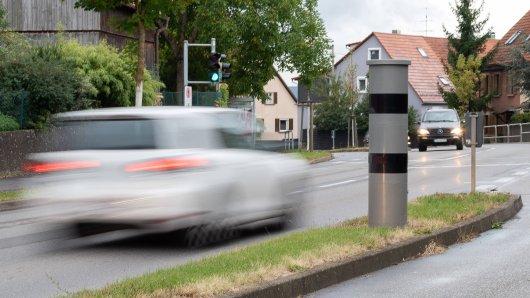 Die Unbekannten, die den Blitzer außer Gefecht setzen wollten, werden von der Polizei Thüringen gesucht. (Symbolbild)
