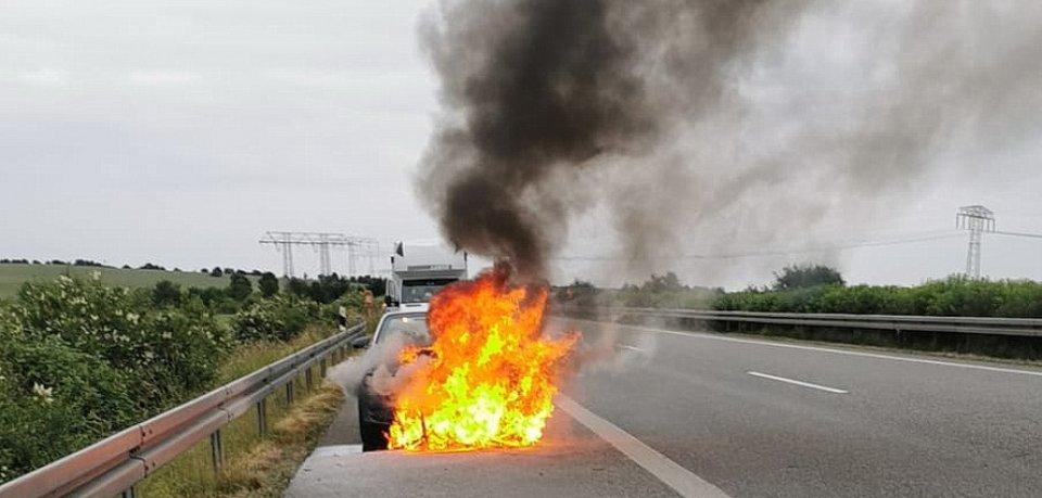 Das Auto ging auf dem Standstreifen der A38 in Flammen auf!