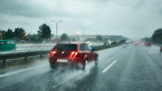 Auf der A9 in Thüringen hat Starkregen zu mehreren schweren Unfällen geführt.
