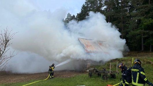 Hildburghausen: In Neuendambach waren am Freitagvormittag dicke Rauch- und Wasserdampfwolken zu sehen.