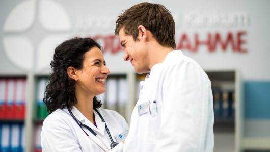 """""""In aller Freundschaft – Die jungen Ärzte"""" (ARD): Wer war eigentlich schon mit wem zusammen? Das kannst du jetzt herausfinden!"""