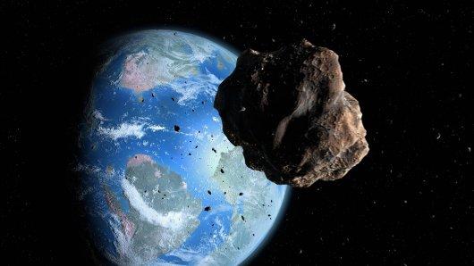Ein Asteroid rast auf die Erde zu.