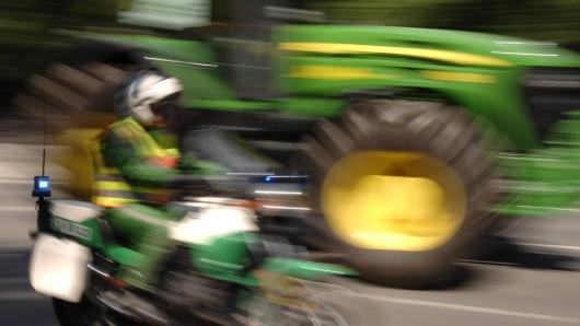 In Bayern ist ein Mann in einem Traktor vor der Polizei geflohen, hat dabei Einsatzwagen angefahren. (Symbolfoto)