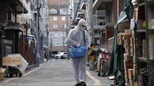 Ein Arbeiter mit Schutzanzug versprüht auf einem Markt in Seoul (Südkorea) Desinfektionsmittel als Vorsichtsmaßnahme gegen das Coronavirus.
