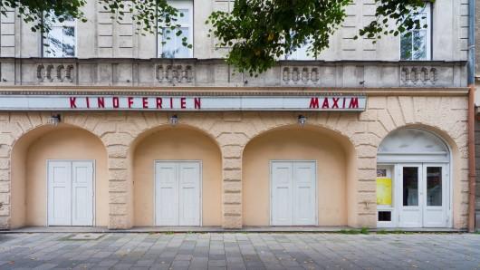 Die Außenwerbung an einem Kino in München machte eine Passantin sprachlos. (Archivbild)