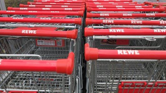 Eine Rewe-Kunden hat sich über das Verhalten von Kindern beim Einkaufen aufgeregt - und bekommt ordentlich Gegenwind. (Symbolbild)