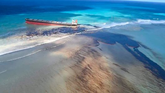 Ein Öltanker liegt vor Mauritius auf Grund und verliert Tonne an Öl.