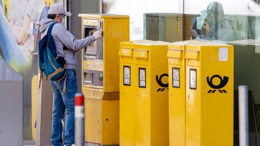 Ein Kunde hat sich Briefmarken der Deutschen Post gekauft – und ist stutzig geworden, als er den Kassenbon gesehen hat. (Symbolfoto)