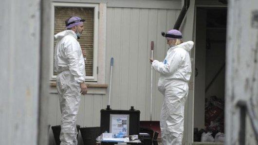 Techniker der Polizei untersuchen die Wohnung des Mannes, der am Mittwoch (13.10.2021) in Kongsberg fünf Menschen getötet hat.