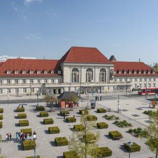 Der Hauptbahnhof mit seinem Vorplatz in Weimar. (Archivfoto)
