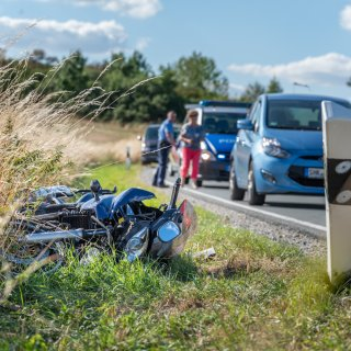 Am Samstagnachmittag (11.08.2018) ist ein Motorradfahrer im Weimarer Land verunglückt. Er zog sich bei einem Sturz schwere Verletzungen zu.