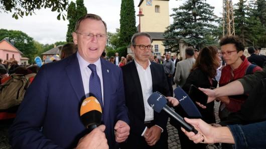 Thüringens Ministerpräsident Bodo Ramelow (Linke, l.) und Innenminister Georg Maier (SPD) in Mattstedt, wo das Neonazi-Konzert Rock gegen Überfremdung 3 mit mehreren Tausend Teilnehmern untersagt wurde.