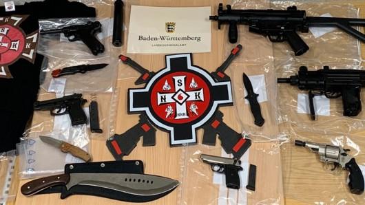 Bei mutmaßlichen Mitgliedern der Gruppierung National Socialist Knights of the Ku-Klux-Klan Deutschland hat es eine bundesweite Durchsuchung gegeben, darunter auch im Weimarer Land in Thüringen. Zahlreiche Waffen wurden beschlagnahmt.