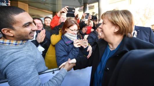 Bundeskanzlerin Angela Merkel (CDU) wird auf dem Theaterplatz in Weimar von Bürgern begrüßt.