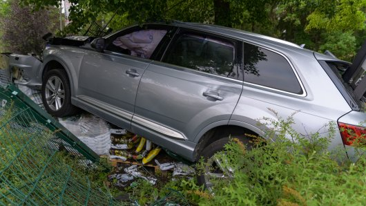 Der SUV krachte gegen einen Zaun der Friedhofsgärtnerei in Weimar.