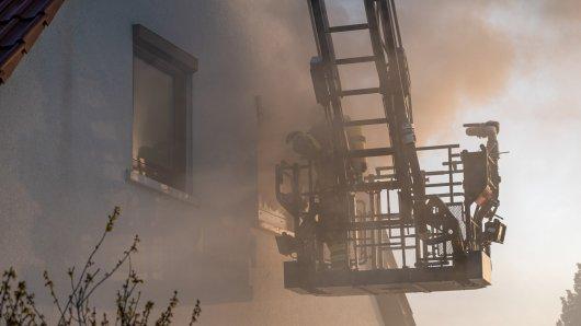 Die Berufsfeuerwehr Weimar und die Freiwillige Feuerwehr Weimar-Ehringsdorf wurden am Abend gegen 18.50 Uhr zu einem Gebäudebrand in die Arno-Holz-Straße in Weimar alarmiert.
