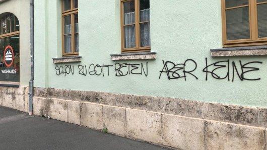 Das beschmierte Wohnhaus, in dem auch die CDU Weimar ihr Büro hat. Die Polizei fahndet.