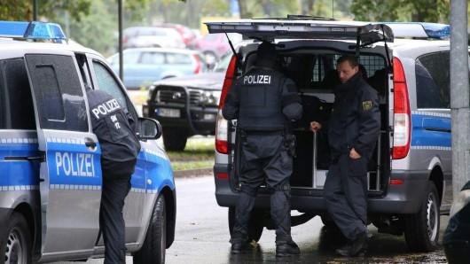 Wegen des Verdachts der Planung eines Sprengstoffanschlags durchsucht die sächsische Polizei seit Samstagmorgen mit einem Großaufgebot ein Chemnitzer Wohngebiet.
