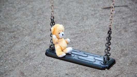 Tatort Spielplatz. Ein Plüschbär auf einer Schaukel Verbrechen Crime scene Playground a Plush bear on a Swing Crime