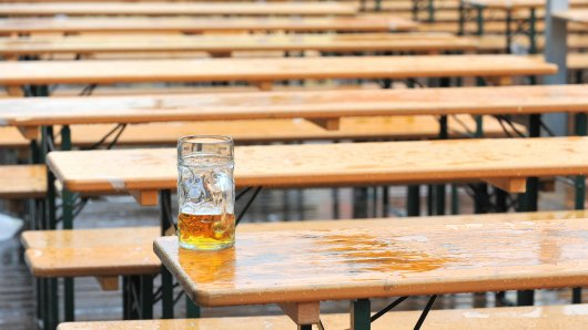 """ARCHIV - ILLUSTRATION - 07.10.2012, Bayern, München: Ein Maßkrug mit Bier steht am auf einem Biertisch in einem Biergarten vor einem Zelt auf dem Oktoberfest. (zu dpa """"Bierabsatz auf Rekordtief - Auch Ausfuhren gehen zurück"""" vom 01.02.2018) Foto: Andreas Gebert/dpa +++ dpa-Bildfunk +++"""