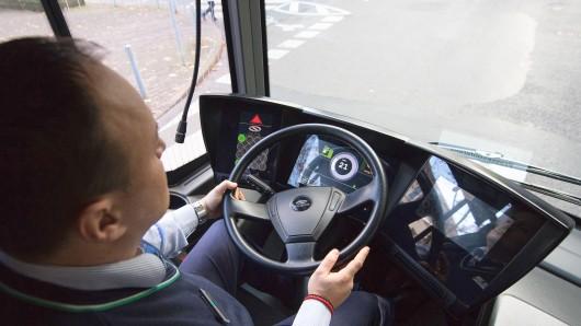 """ARCHIV - Ein Busfahrer sitzt am 29.11.2017 in Frankfurt am Main (Hessen) am Steuer eines Elektrobusses. Die Busunternehmen in Deutschland haben zunehmend Probleme, noch neue Fahrer zu finden. (zu dpa """"Busfahrer für Betriebe nur noch schwer zu finden"""" vom 07.01.2018) Foto: Fabian Sommer/dpa +++(c) dpa - Bildfunk+++"""