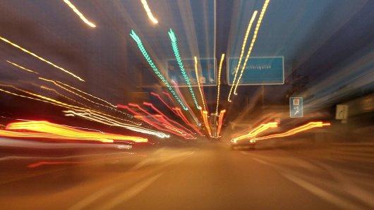 05.10.2017, Berlin, GER - Verschwommene Sicht bei einer Autobahnfahrt am Abend. (A 113, A113, Abstand, abstrakt, aengstlich, angespannt, Angst, Anspannung, Asphalt, aussen, Aussenaufnahme, Auto, Auto fahren, Autobahn, Autobahn A113, Autofahrt, Autoverkehr, außen, Außenaufnahme, BAB, BAB 113, Beeintraechtigung, Beeinträchtigung, Berlin, Bewegungsunschaerfe, Bewegungsunschärfe, Blick, Bundesautobahn, Daemmerung, deutsch, Deutschland, dunkel, Dunkelheit, Dynamik, dynamisch, Dämmerung, Europa, europaeisch, europäisch, Fahrbahn, fahren, fahrend, Fahrt, Furcht, gefaehrlich, Gefahr, gefährlich, Geschwindigkeit, Geschwindigkeitsbegrenzung, Geschwindigkeitsrausch, Gesellschaft, gezoomt, Kraftfahrer, Kraftfahrzeuge, Licht, Lichtschein, Personenkraftwagen, PKW, QF, Querformat, rasen, Raser, Ruecklichter, Rücklichter, schnell, Schnelligkeit,