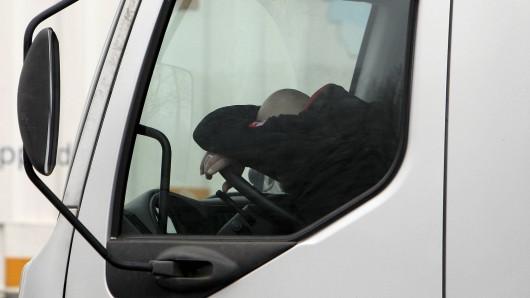 Der Fahrzeugschlüssel und der Führerschein des Mannes blieben bei den Polizeibeamten.  (Symbolbild)