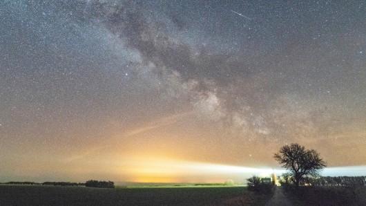 Am nächtlichen Himmel haben Sternschnuppenjäger was zu gucken. (Archivbild)