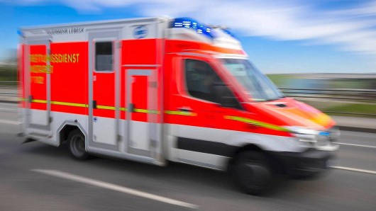 Die Fahrer mussten mit dem Rettungswagen ins Krankenhaus gebracht werden. (Symbolbild)