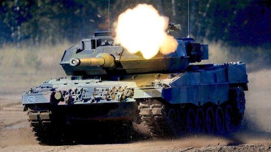 Panzer der Bundeswehr werden über Ostdeutschland nach Polen verlegt.