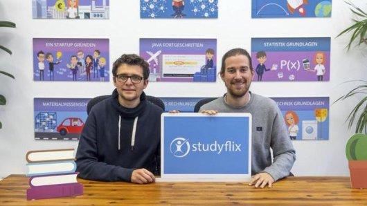 """""""Studyflix""""-Geschäftsführer und Gründer Benedikt Bergner (r) und Reinhard Blech wurden mit ihrem Unternehmen """"Studyflix"""" aus der  Vox-Show """"Die Höhle der Löwen"""" gestrichen."""