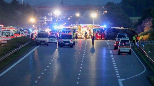 Bei einem Unfall mit einem Flixbus auf der A9 starb eine Frau, viele Menschen wurden verletzt.