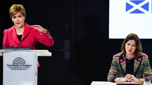 Dr. Catherine Calderwood ist medizinische Beraterin der schottischen Regierung. Hier sitzt sie neben der Ersten Ministerin Schottlands Nicola Sturgeon. (Archivfoto)