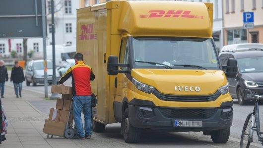 Ekel-Entdeckung in einem DHL-Paket machte. Jetzt stellt der Kunde den Paketdienst zur Rede. (Symbolbild)