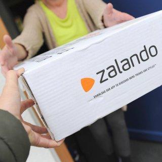 Zalando Paket wird in Empfang genommen,Online-Versandhaendler fuer Schuhe und Mode. Zalando Package will in Reception made Online Versandhaendler for Shoes and Fashion